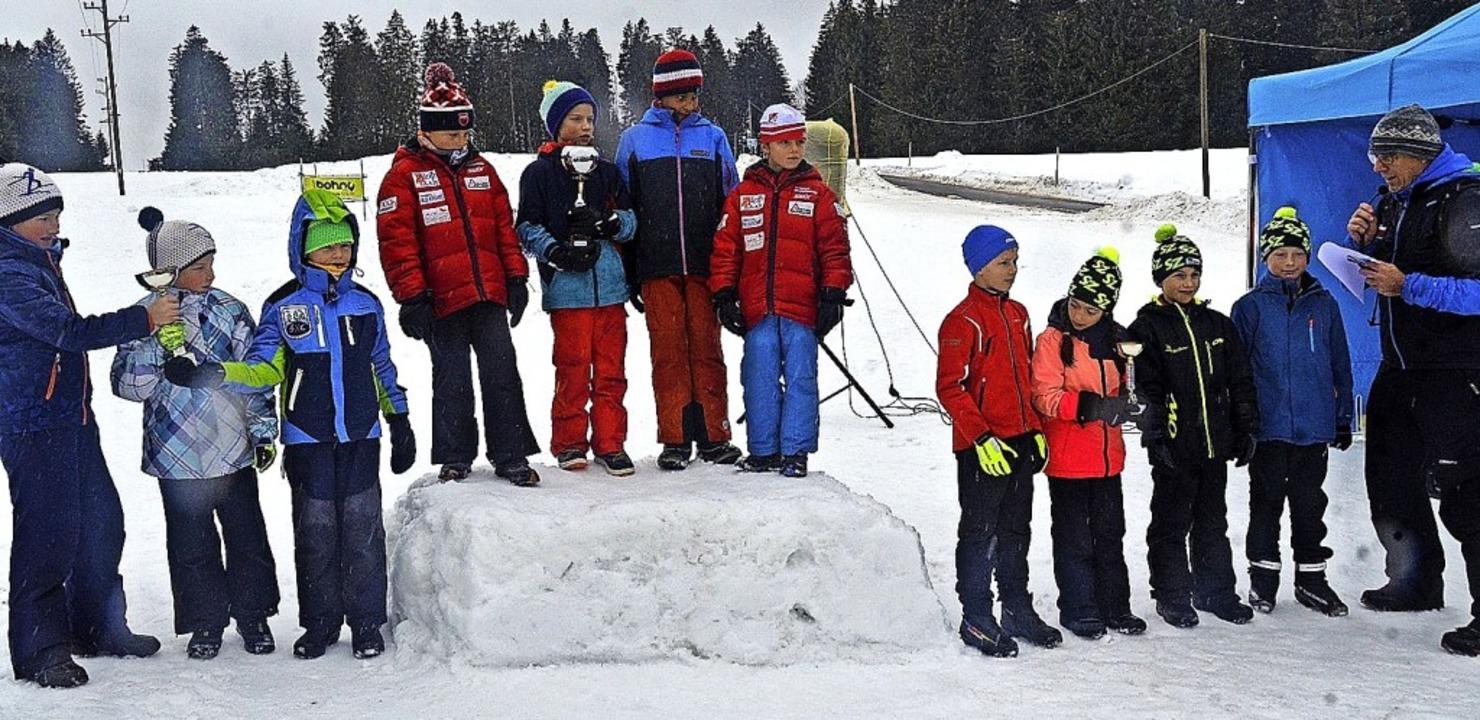 Die Sieger mit ihren Pokalen (von link... aus Kirchzarten und CaLuMa Breitnau 1  | Foto: Annemarie Zwick