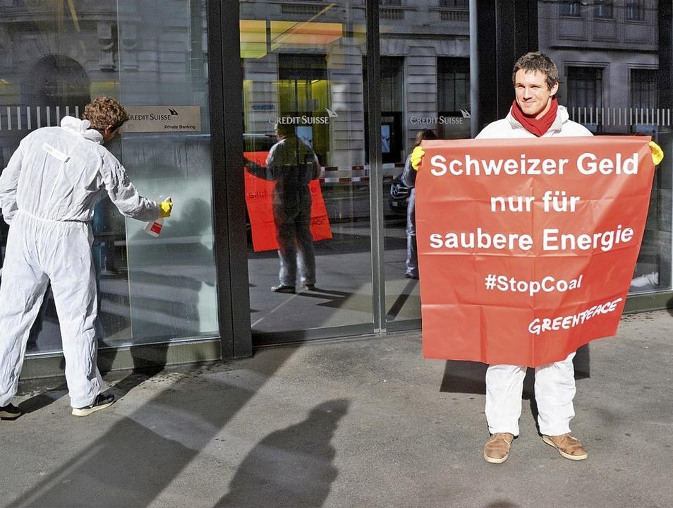 Greenpeace-Aktivisten bei ihrer Putzaktion in Basel  | Foto: Mahro