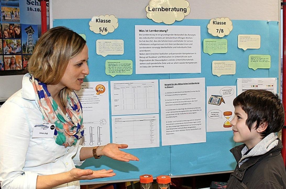 Lehrerin Irina Jug beantwortet Mika Grünenwalds Fragen zur Orientierungsstufe.  | Foto: Cremer