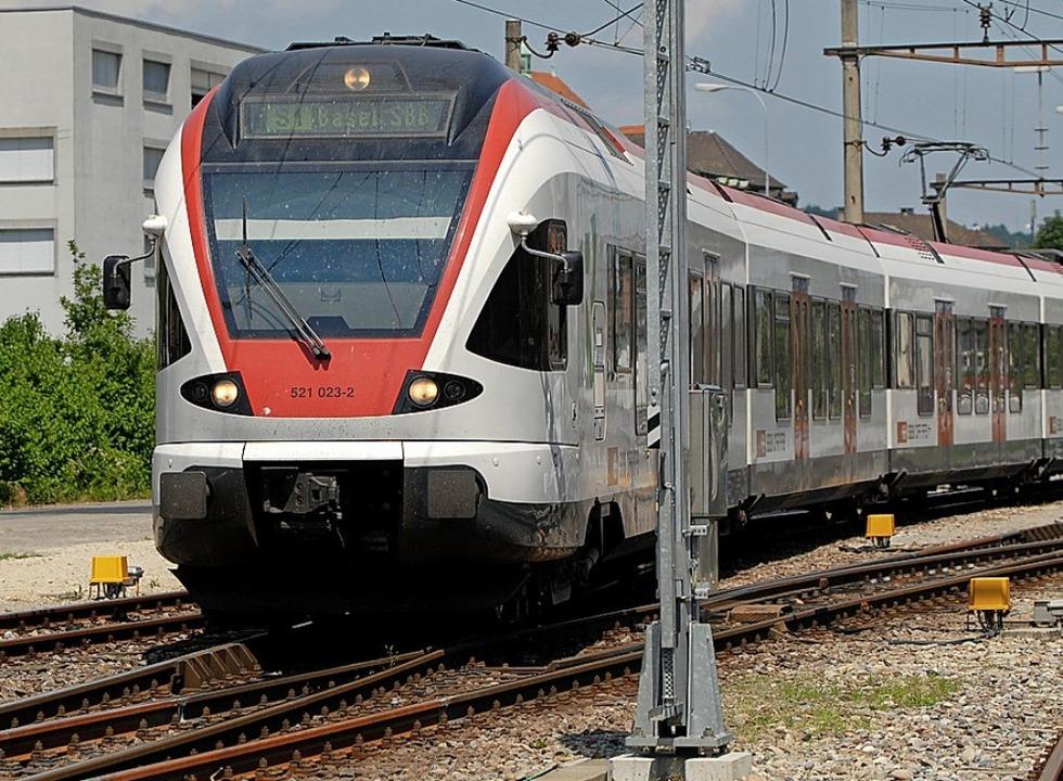 Die Gegenwart: Eine S-Bahn verlässt den Bahnhof Laufenburg gen  Basel.   | Foto: Walter Schwager