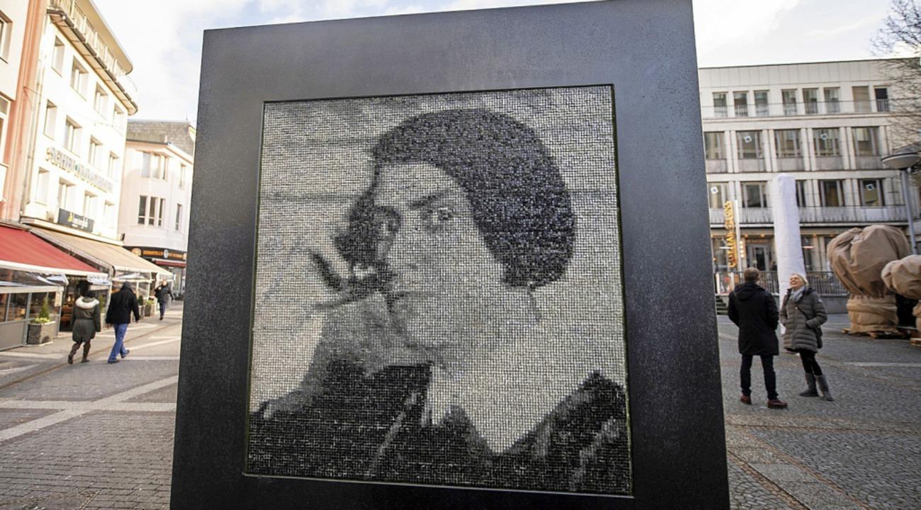 Denkmal für die Dichterin in der Fußgängerzone in Wuppertal   | Foto: dpa