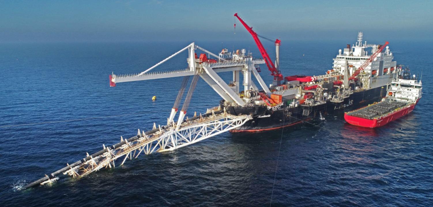 Im November wurden diese Rohre  in der...ie Gaspipeline Nord Stream 2 verlegt.   | Foto: dpa