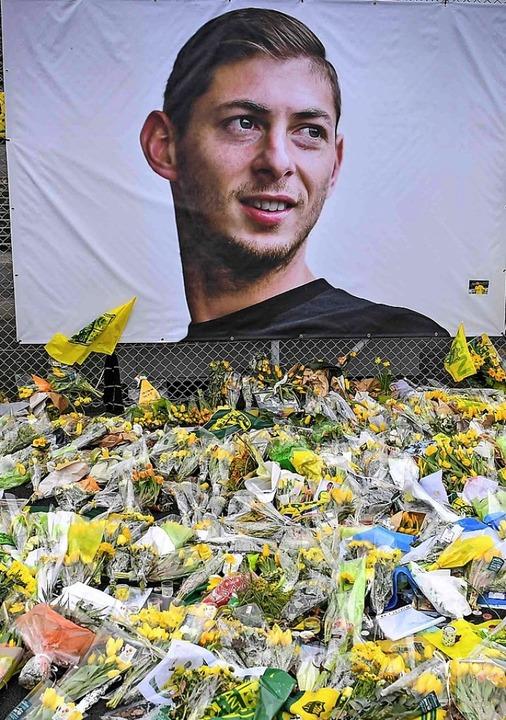 Vor einem Porträt Salas in Nantes wurden  Blumen abgelegt.   | Foto: AFP