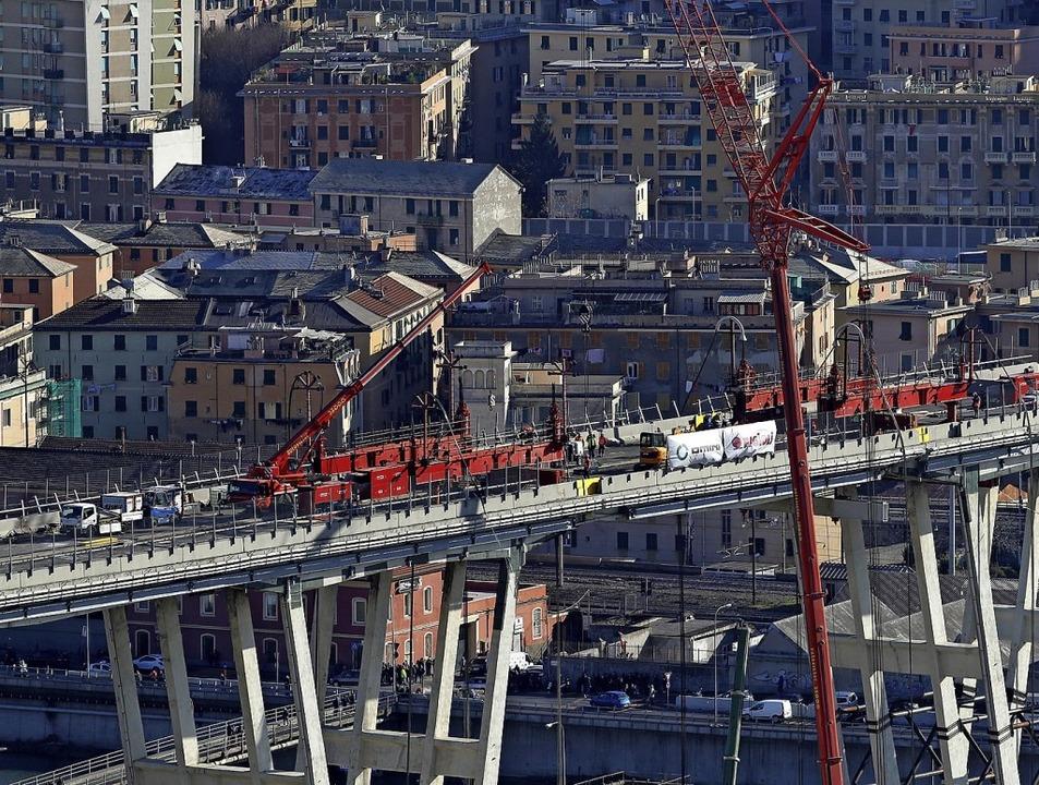 Stück für Stück soll die Brücke abgetragen werden.   | Foto: dpa