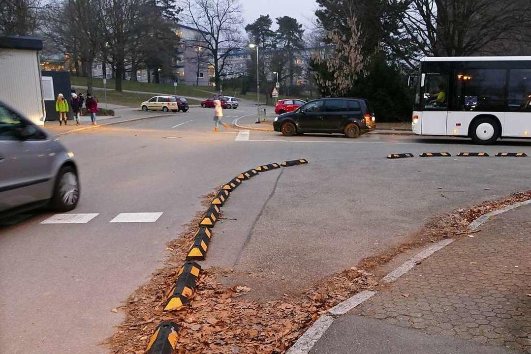 Weil ein schwarzes Auto mitten auf der...ssen, kommt der Schulbus nicht vorbei.    Foto: Tamara Keller