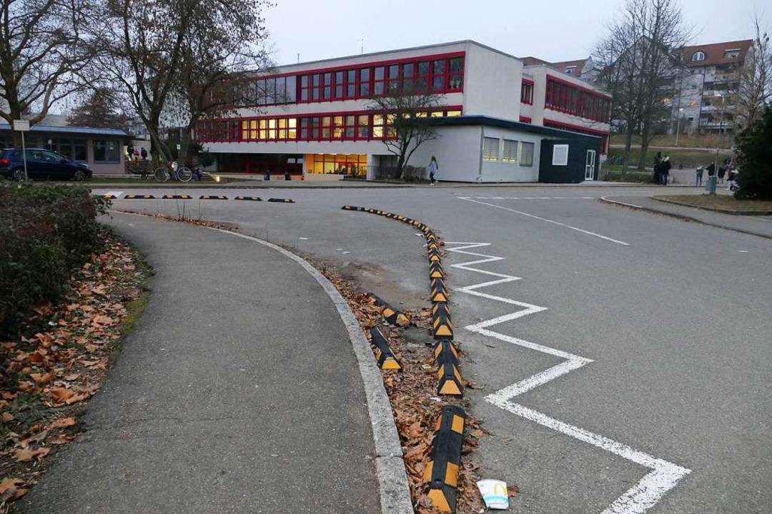 Gelb-schwarze Absperrungen sollen die ...erner-Kirchhofer-Realschule eindämmen.    Foto: Tamara Keller
