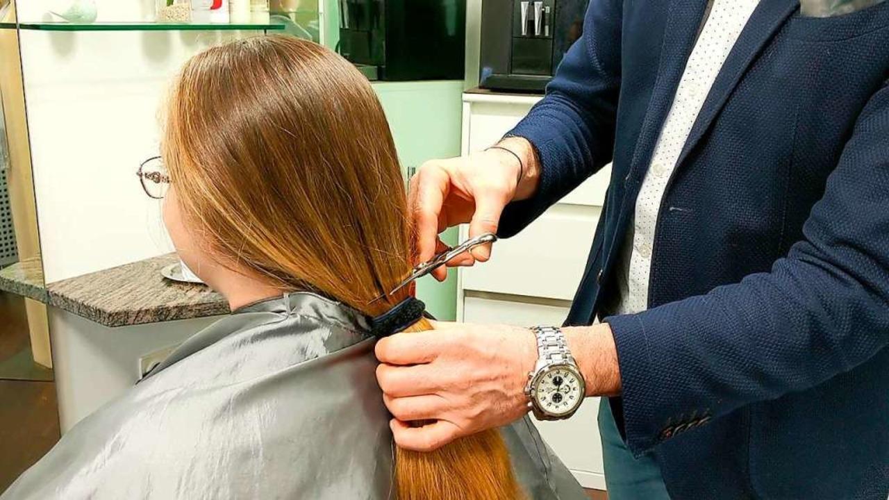 Ein spannender Moment für Kundin und Friseur: Der Zopf fällt.  | Foto: Leony Stabla