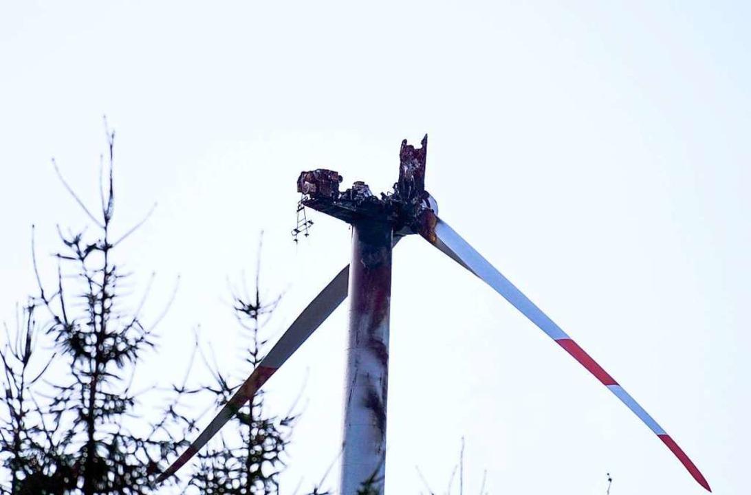 Das Windrad auf dem Langenhard im Schw...ach einem Brand einen Flügel verloren.  | Foto: dpa
