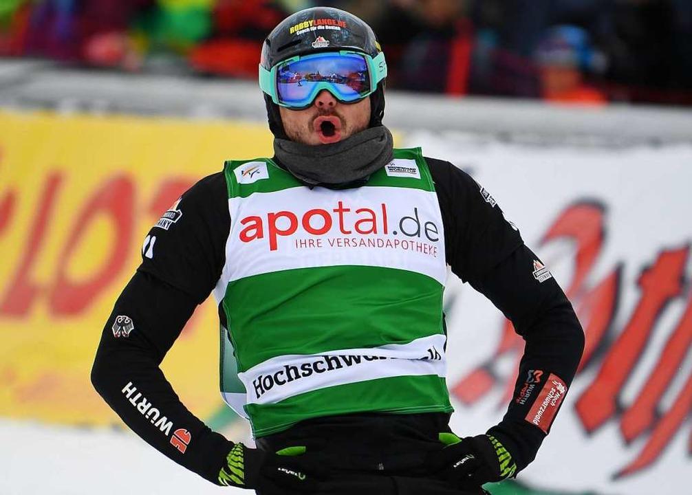 Der Zweitplatzierte Paul Berg  steht im Zieleinlauf  | Foto: dpa