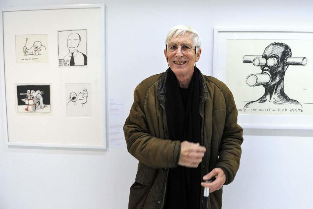 Ungerer vor Zeichnungen im Museum in Straßburg  | Foto: AFP