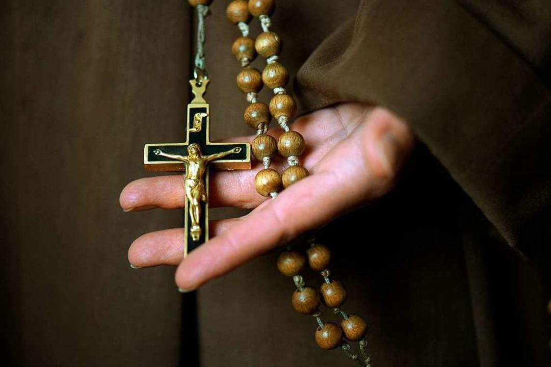 Kruzifix und Rosenkranz: Die katholisc...nsequenzen aus dem Missbrauchsskandal.  | Foto: dpa