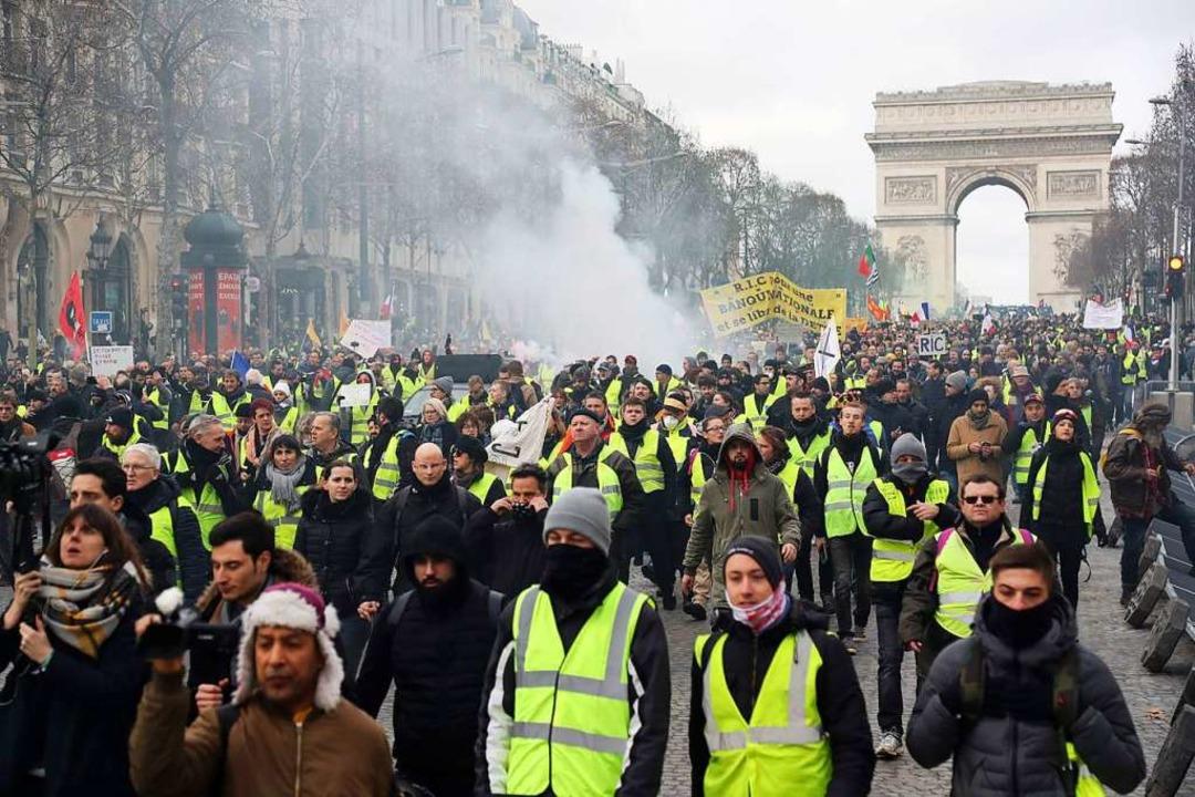 Gelbwesten-Demonstranten in der Nähe des Arc de Triomphe in Paris.    Foto: AFP