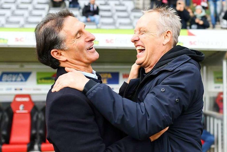 Christian Streich und Gäste-Trainer Bruno Labbadia scherzen vor dem Anpfiff. (Foto: dpa)