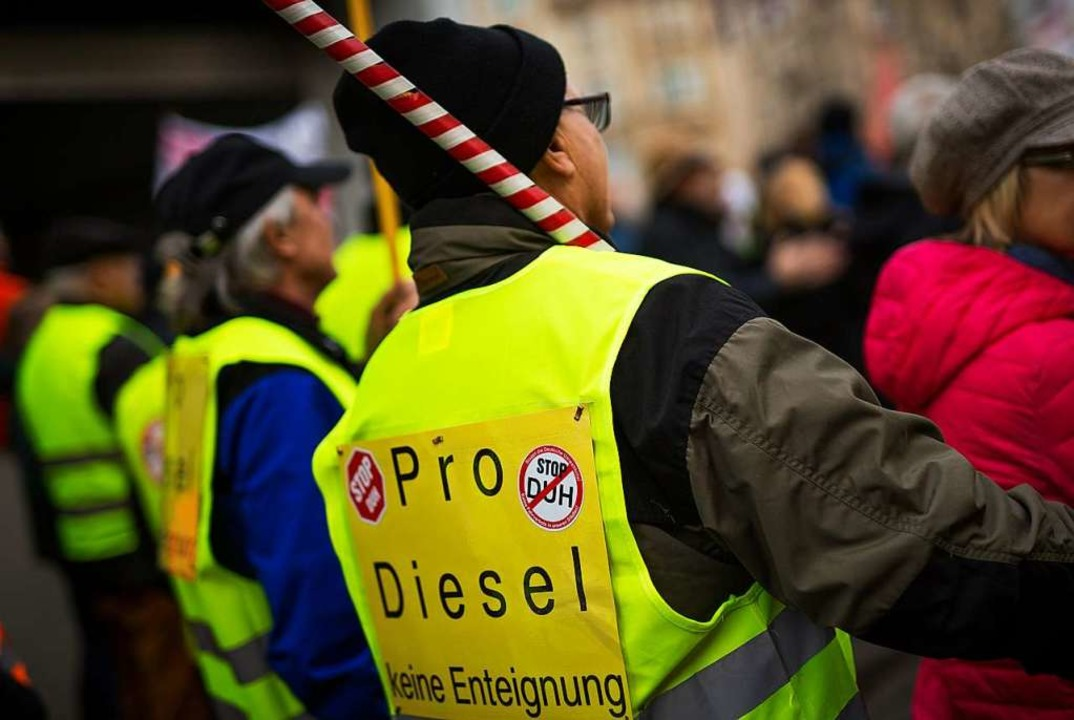 Zahlreiche Menschen nehmen am Neckarto...Protest gegen Diesel-Fahrverbote teil.  | Foto: dpa