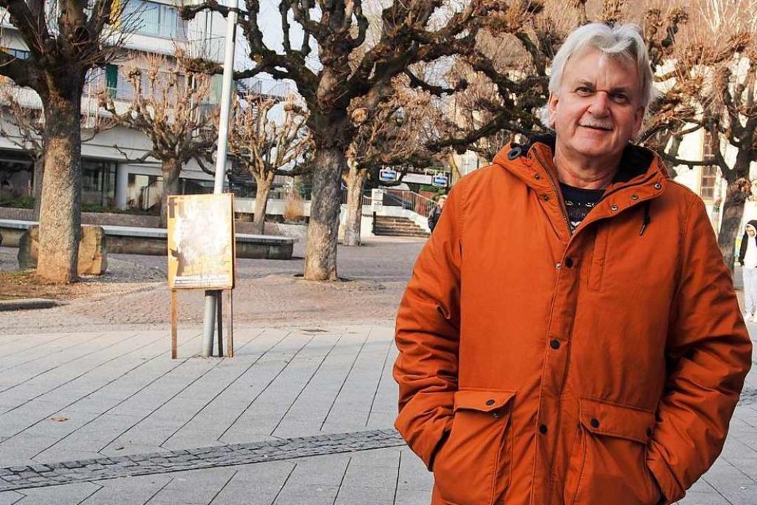 Klaus Böffert ausnahmsweise ohne Arbeitsgerät in der Rheinfelder Fußgängerzone.     Foto:  Bob