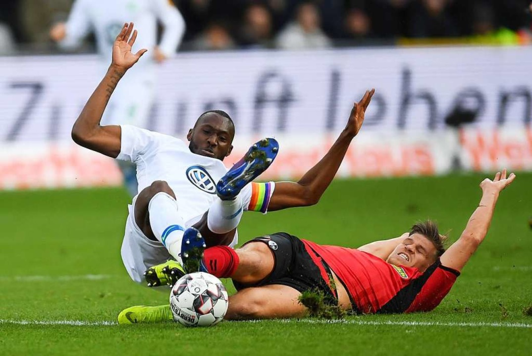 Josuha Guilavogui (links) und Florian Niederlechner kämpfen um den Ball.  | Foto: dpa