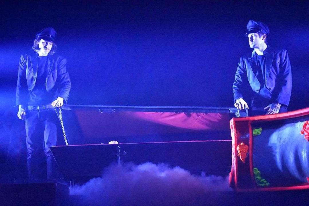 Im Sarg ließ sich der Sänger auf die Bühne tragen.  | Foto: Kathrin Ganter