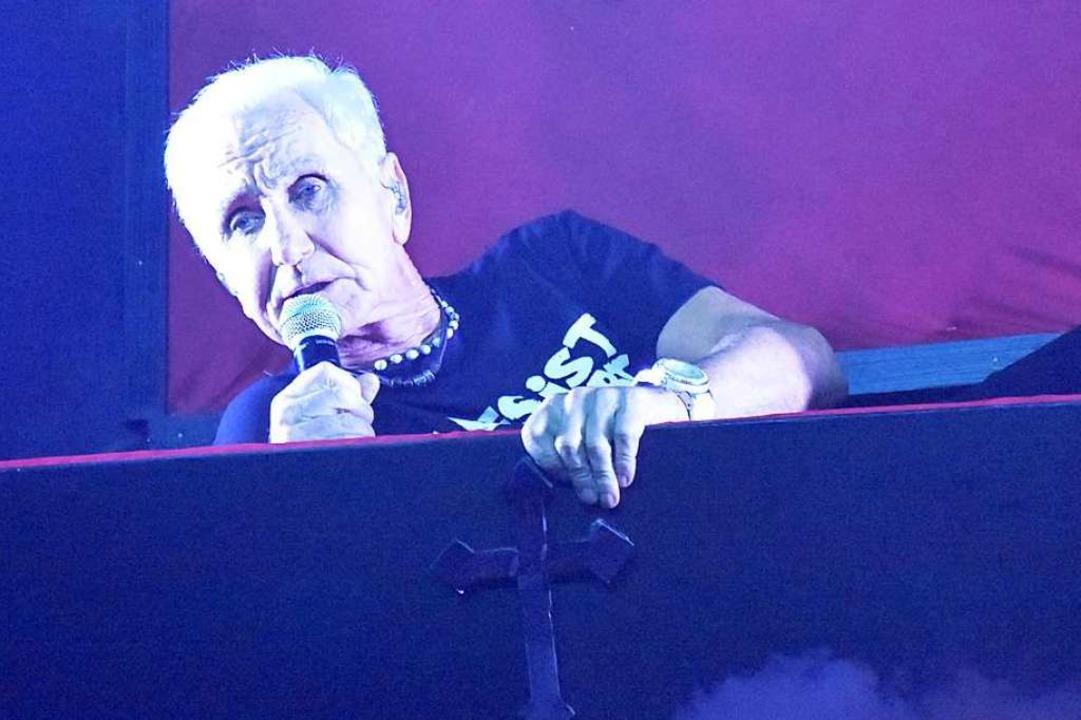 Im Sarg auf die Bühne: Klaus Eberharti...ie dieses Bild vermuten lassen könnte.  | Foto: Kathrin Ganter