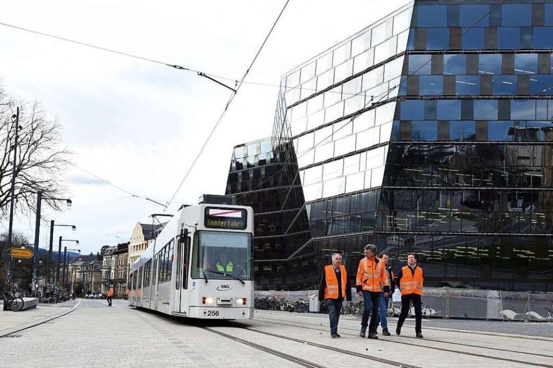 Die erste Straßenbahn erreicht den Platz der Alten Synagoge.  | Foto: Rita Eggstein