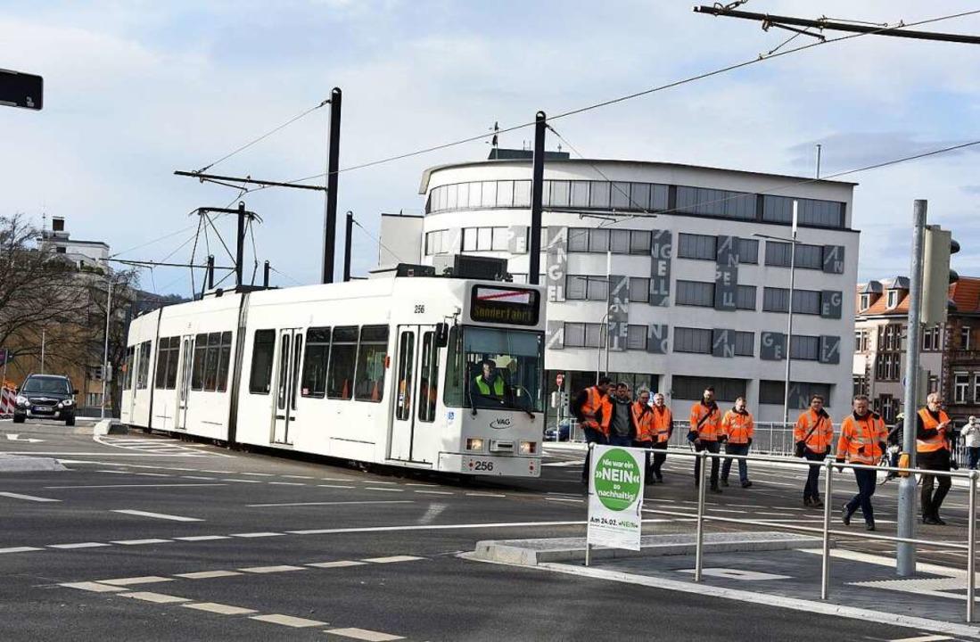 Im Schritttempo fuhr die Straßenbahn über die neue Kronenbrücke.  | Foto: Rita Eggstein
