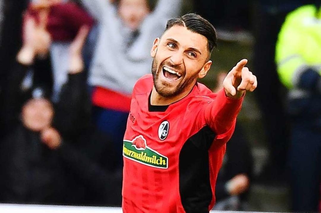 Vincenzo Grifo freut sich über seinen 1:1-Anschlusstreffer in Wolfsburg.  | Foto: Achim Keller