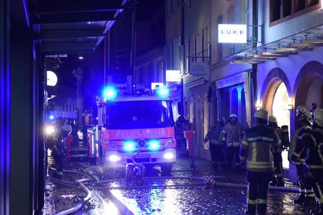 Dachstuhlbrand in Freiburger Altstadt fordert eine Schwerverletzte