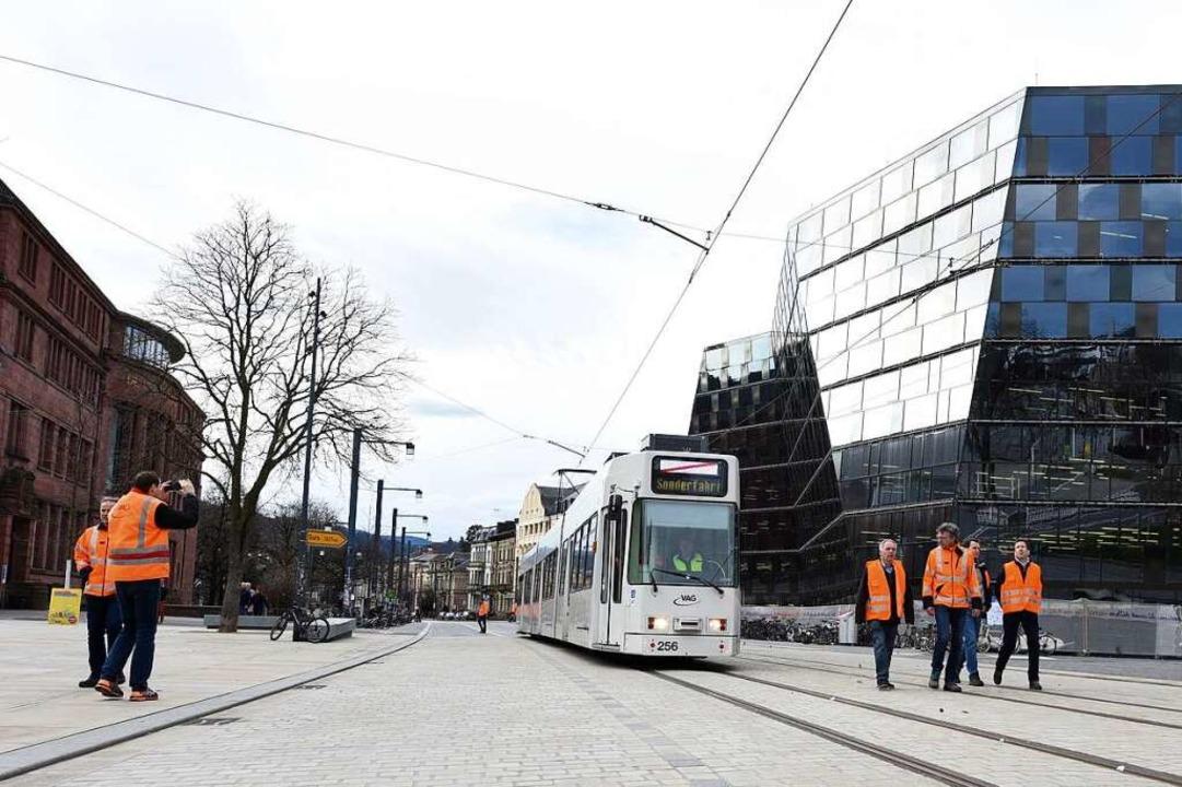 Testfahrt unter Aufsicht: VAG-Fachleut...eiten die Tram bei ihrer ersten Fahrt.  | Foto: Rita Eggstein
