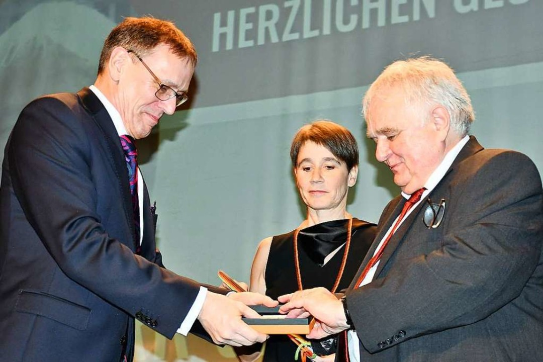André Marker (links) und Ute Lusche verleihen Gerhard Sauer den Bürgerpreis.  | Foto: Barbara Ruda