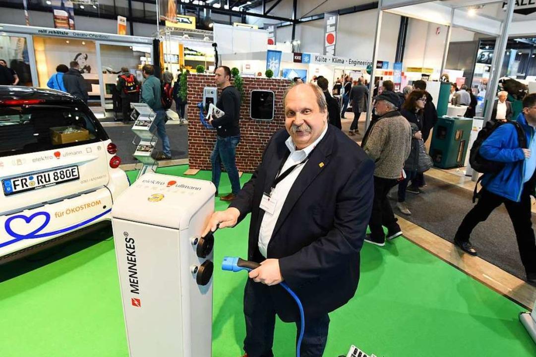 Unter Strom: Der Freiburger Elektromei...etec  Ladesäulen für Elektroautos vor.  | Foto: Rita Eggstein