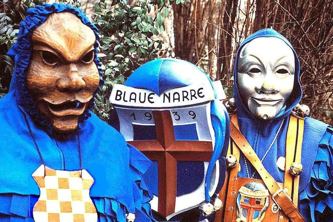 Die heutige Maske (rechts) zusammen mit einer nachgeschnitzten Urmaske.  | Foto: Archiv Hans Sigmund