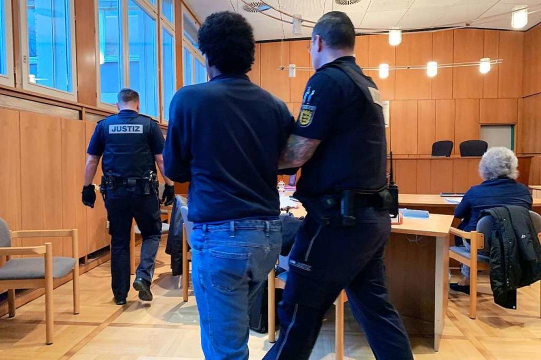 Der Angeklagte wird am dritten Prozess...Er trägt Fußfesseln und Handschellen.   | Foto: Helmut Seller