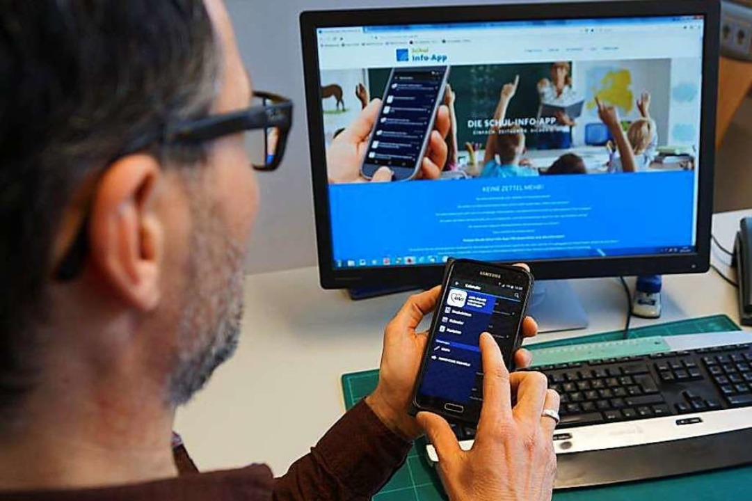 Hermann Eppler zeigt, wie die App funktioniert.  | Foto: AWO