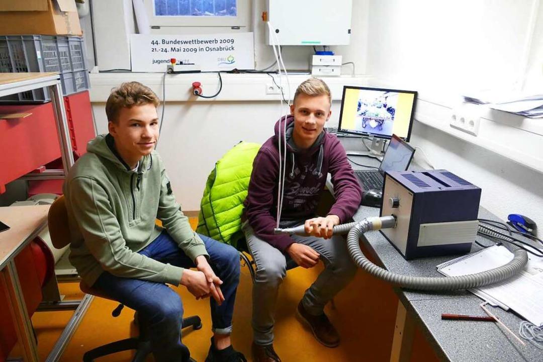 Carl Gadde (links) und Yannick Resch mit ihrem Modell einer Fadenpfeife  | Foto: Dora Schöls