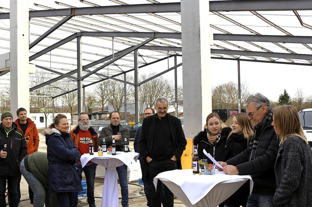 Stefan und Anja Geier (r.) mit ihren T... und Lena sowie Gästen beim Rohbaufest  | Foto: Helmut Hassler