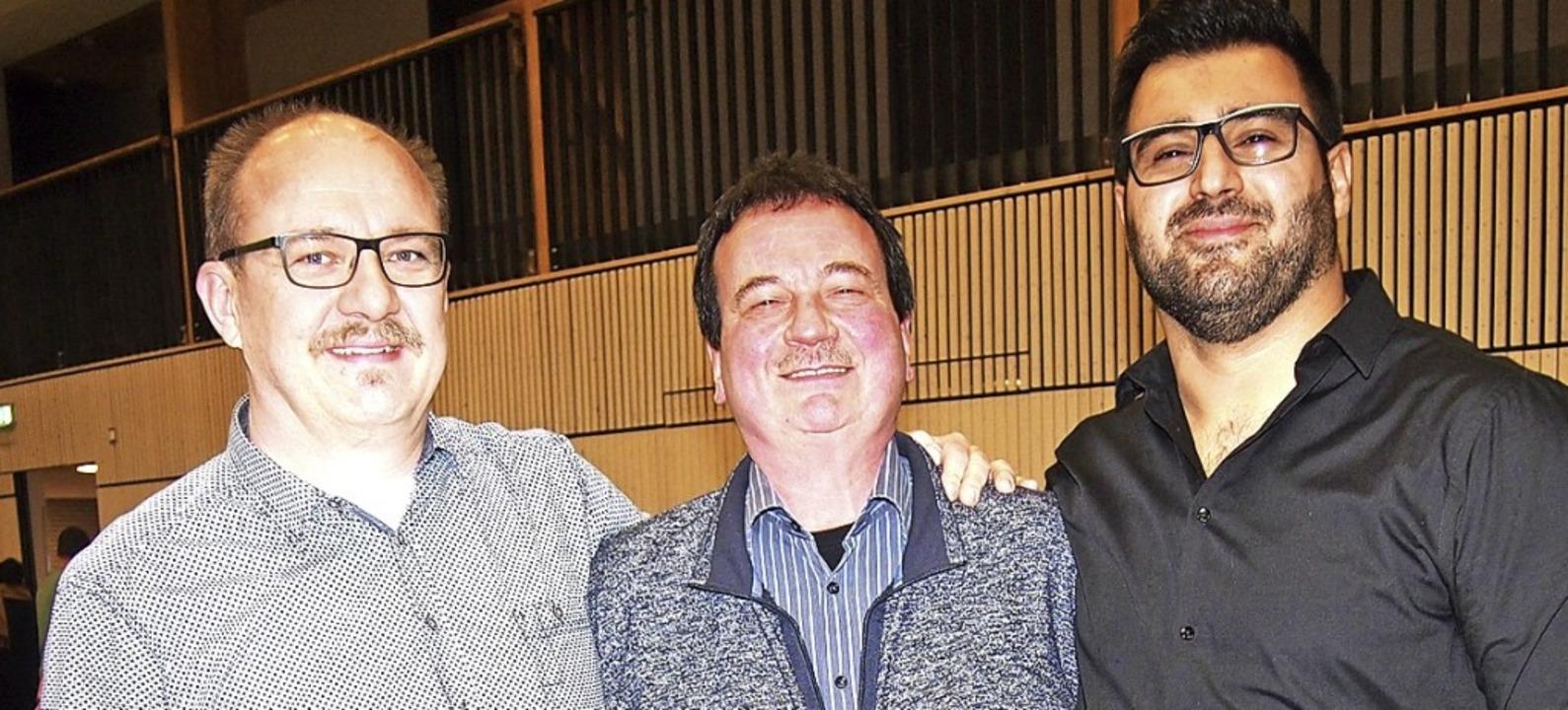 Wolfgang Trinler (Mitte) wurde beim TV...h Avsar (rechts) sind neue Beisitzer.   | Foto: Gabriele Poppen