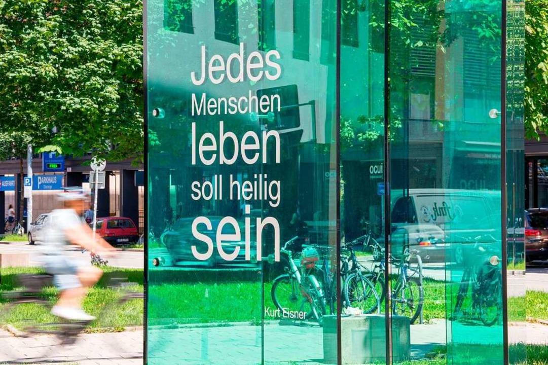 Gegen das  Vergessen: Kubus zum Gedenk...ünchen – mit einem Zitat von ihm  | Foto: Lino Mirgeler