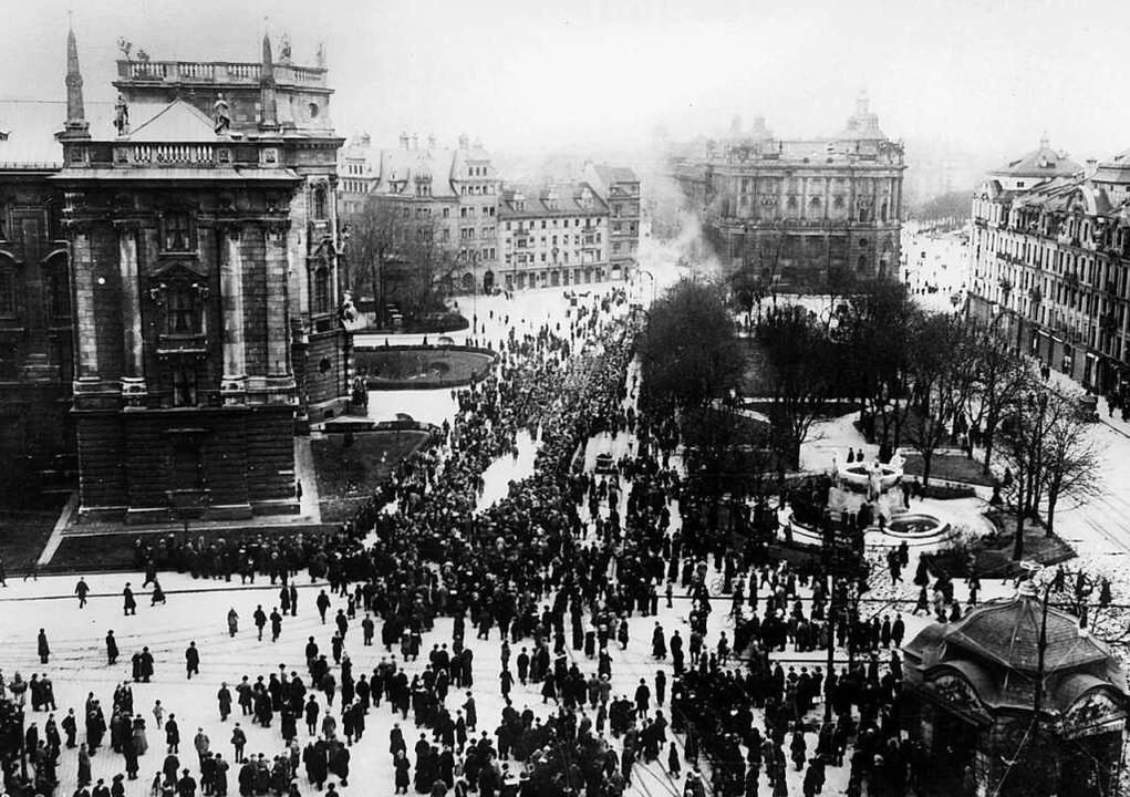 Menschenmengen sammeln sich während der Novemberrevolution 1918 in München.  | Foto: dpa