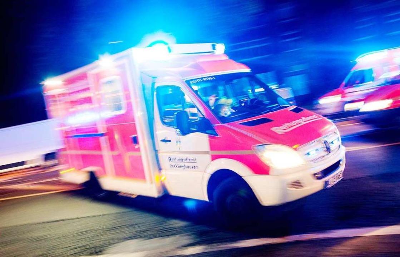 Ein Rettungswagen der Feuerwehr fährt mit Blaulicht durch eine Straße.   | Foto: dpa