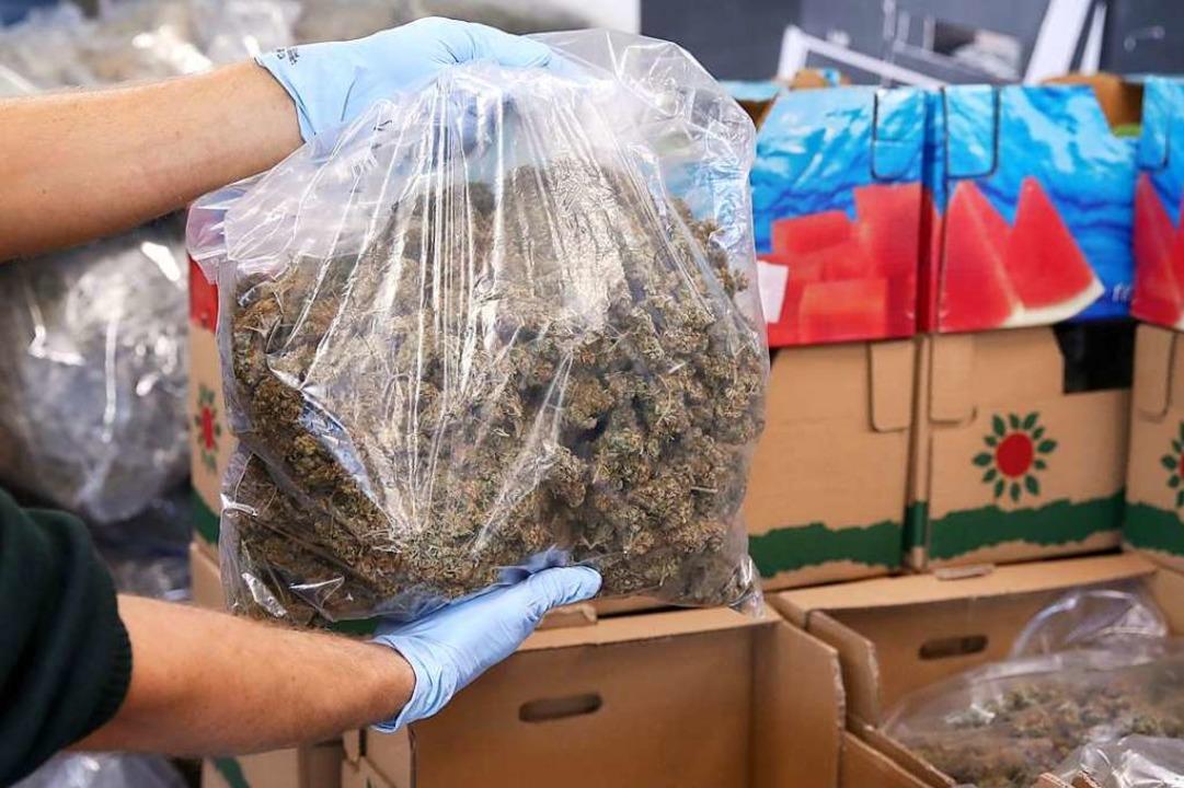 Ein Angeklagter hatte 43 Kilogramm Mar...inen Lieferwagen getragen. Symbolbild.  | Foto: dpa