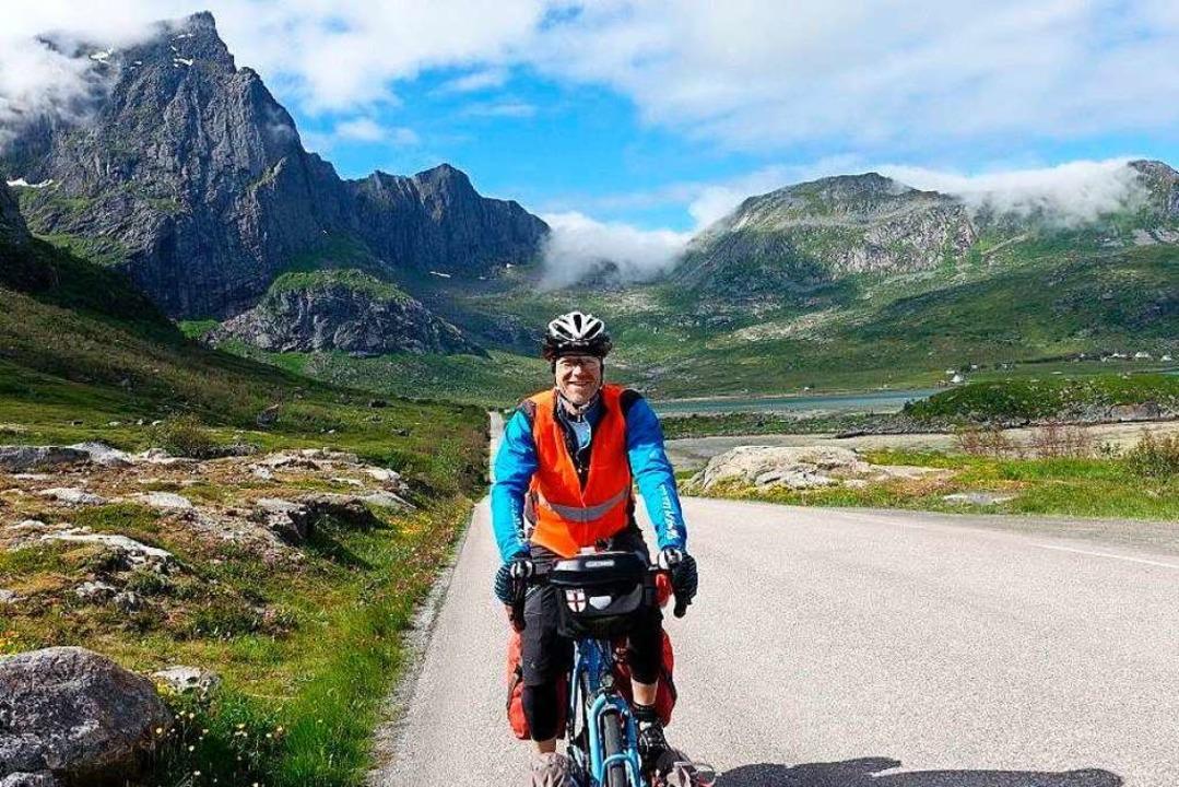 Michael Habighorst hat sich mit Stativ... Fahrt durch die Lofoten fotografiert.  | Foto: Michael Habighorst (mit Stativ und Fernauslöser)