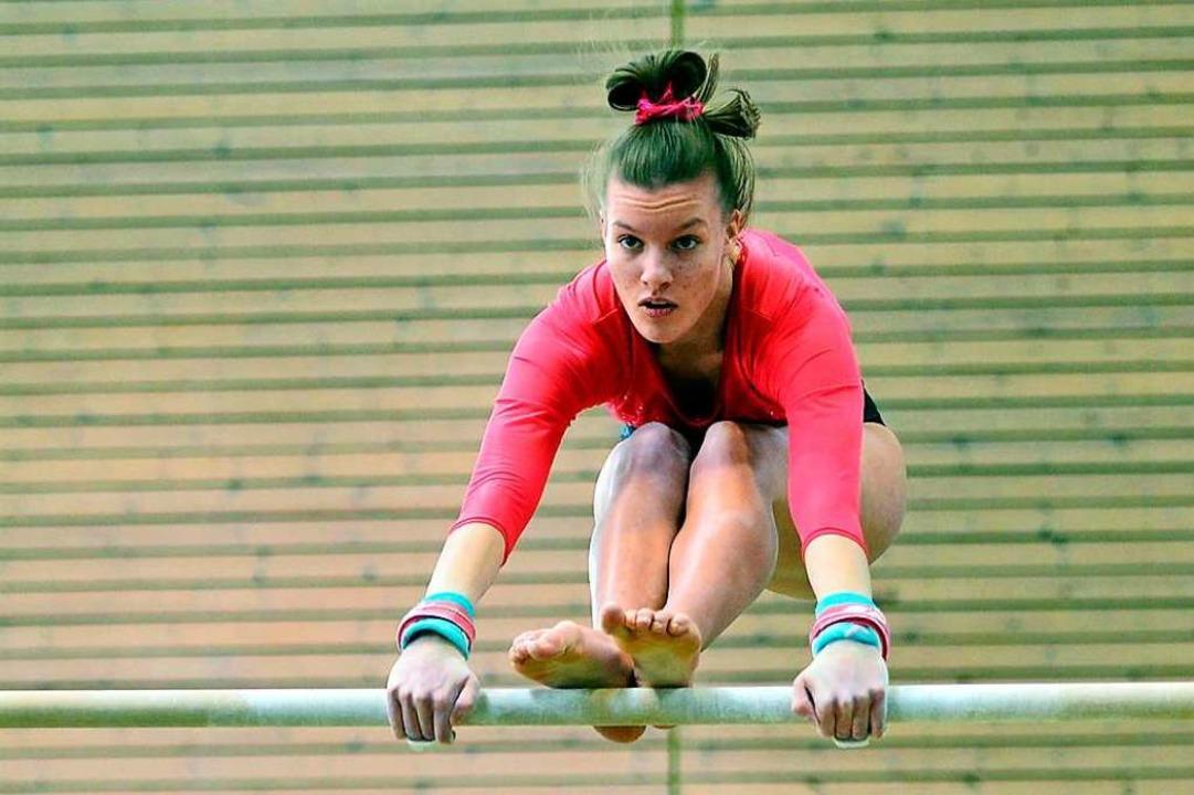 Mit Anmut, Schwung und Körperbeherrsch...ngstler vom TV Wyhl am Stufenbarren...  | Foto: Daniel Thoma