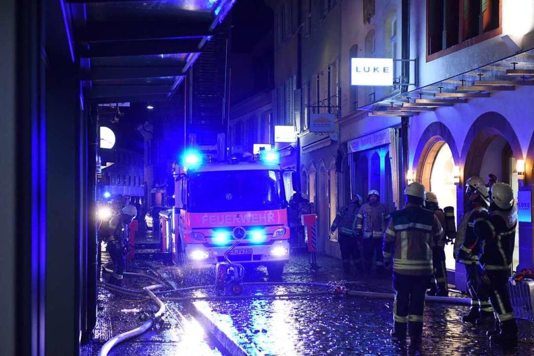 Löscharbeiten in der Schusterstraße am Sonntagabend  | Foto: Rita Eggstein