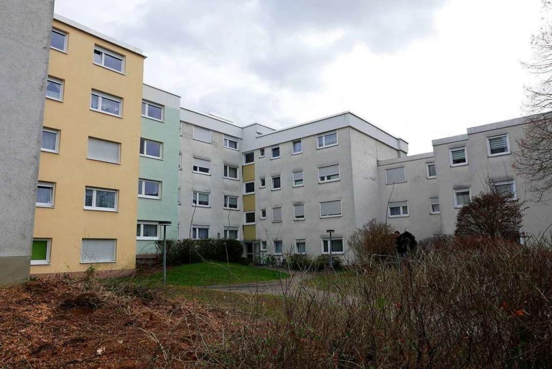 Das Gebäude Ahornweg 2 in Bad Krozinge...d wurden bereits modernisiert (links).  | Foto: Hans-Peter Müller