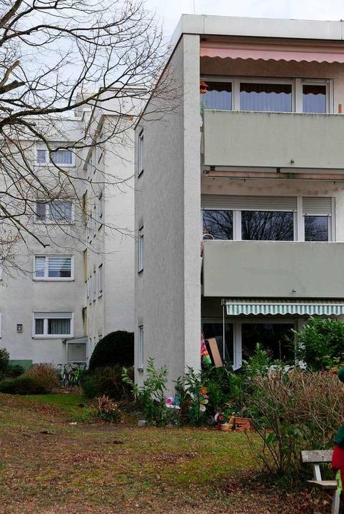 Vorne das (noch) niedrigere Haus Ahorn...wie die dahinterliegenden werden soll.  | Foto: Hans-Peter Müller