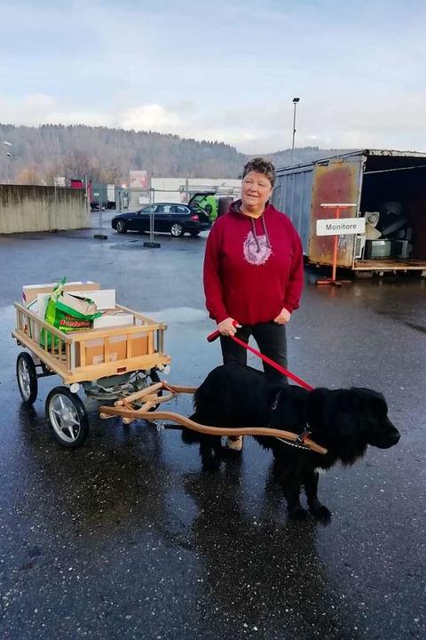 Anlieferung der besonderen Art: Hündin...chen Brigitte Klose beim Recyclinghof.  | Foto: Gudrun Gehr