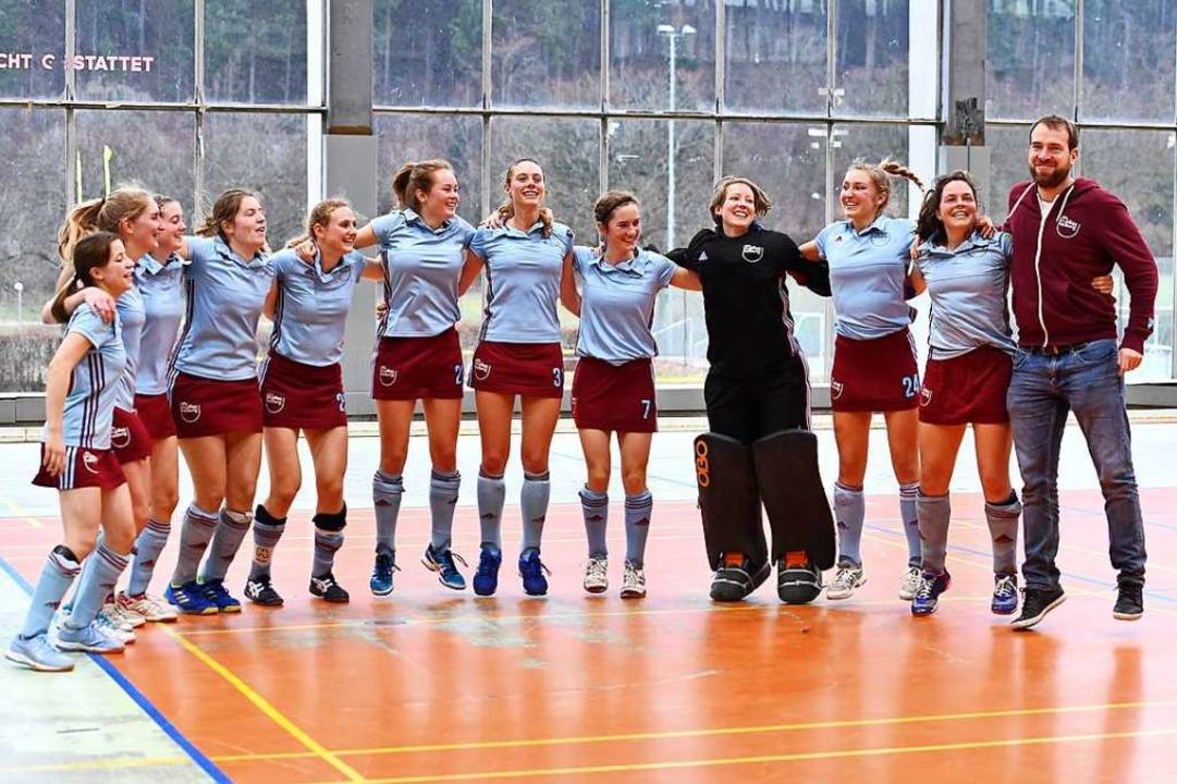 Da hopsen sie, die Meister-Spielerinne... Freiburg mit Trainer Patrick Schütze.  | Foto: Achim Keller