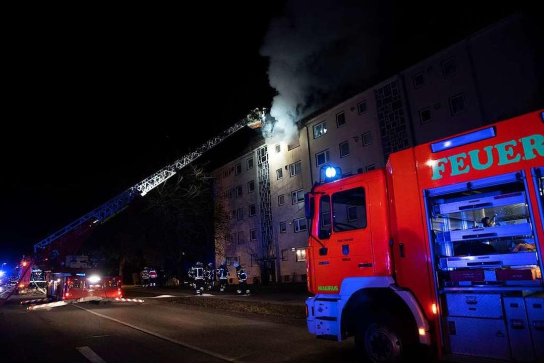 Die Feuerwehr war mit der Drehleiter im Einsatz.  | Foto: Volker Münch
