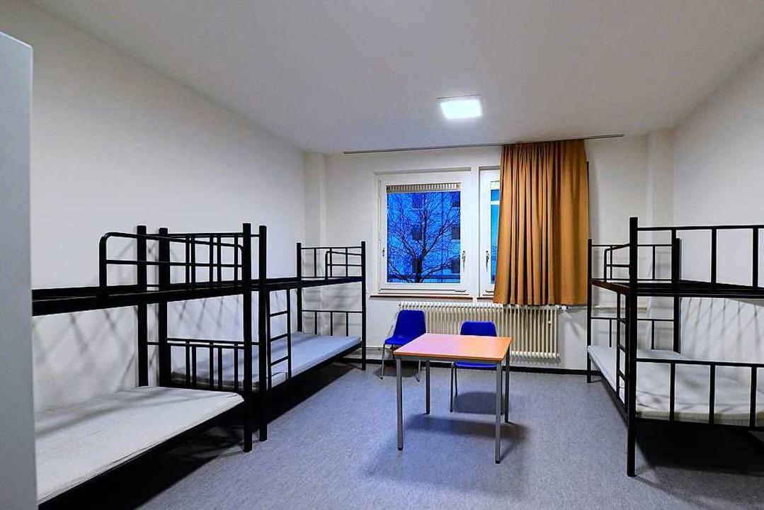 Drei Betten, ein Tisch und Spinde. So ...h sechs Menschen untergebracht werden.  | Foto: Ingo Schneider