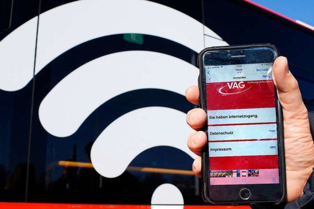 Nicht zu übersehen: Das WLAN-Symbol an... Router an Bord durch Freiburg fahren.  | Foto: Thomas Kunz
