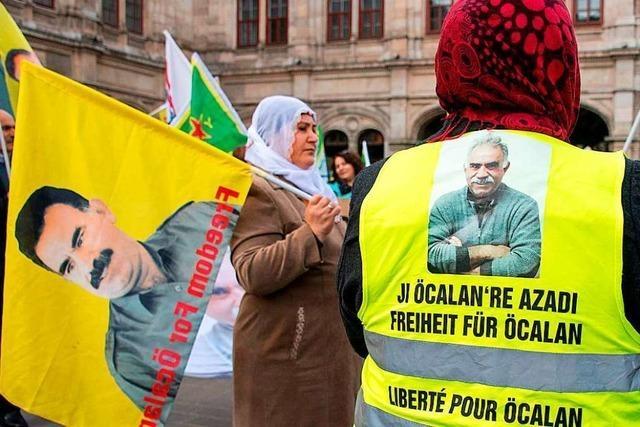 Die Polizei löst Kurdenmarsch in Karlsruhe auf